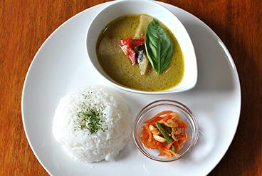 タイカレーとご飯とサラダの写真